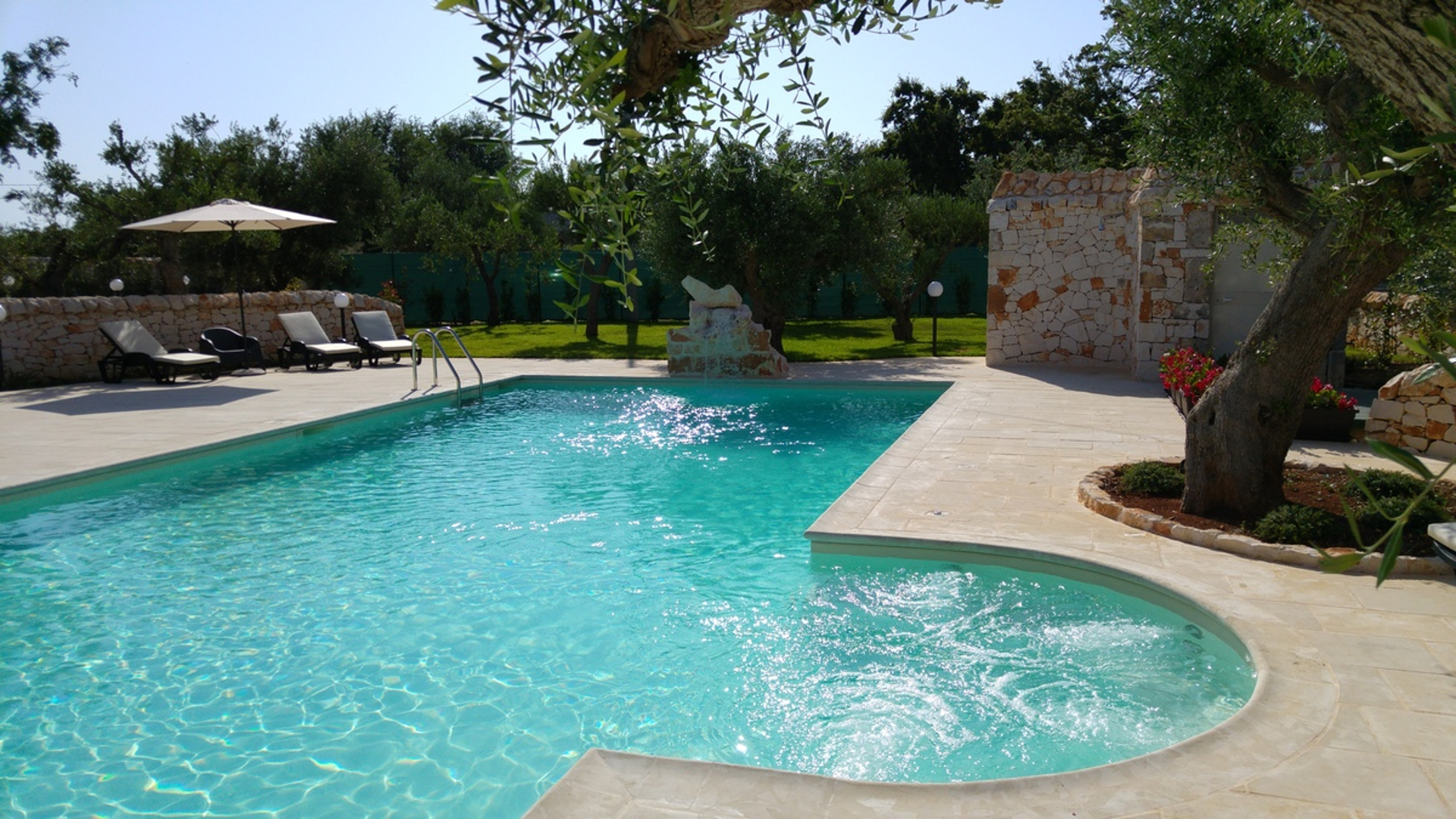 The pool of Almapetra Trulli Resort